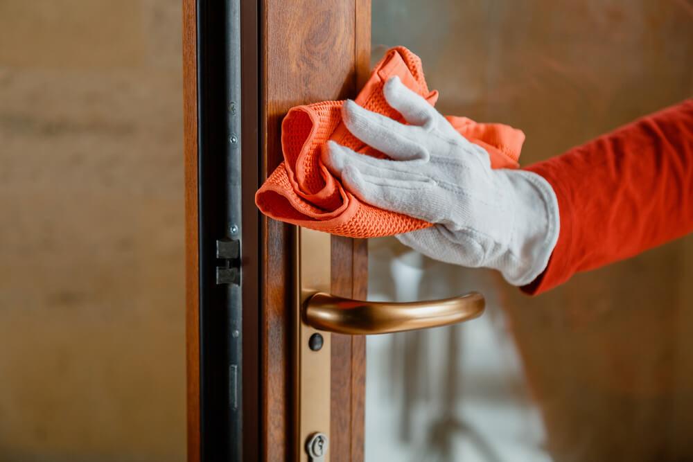 Женщина очищает дверь